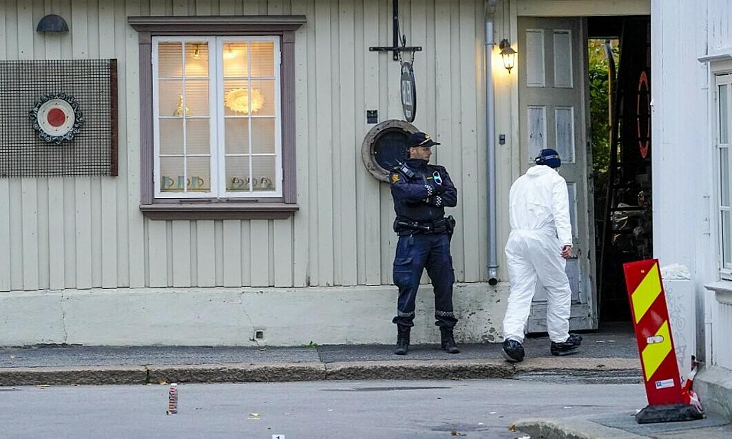 Cảnh sát Na Uy ngày 14/10 khám nghiệm hiện trường vụ tấn công bằng cung tên ở Kongsberg. Ảnh: AFP