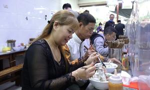 Quán bún, phở Hà Nội đông khách ngày đầu bán tại chỗ
